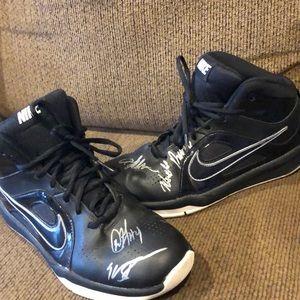 ⭐️Boys Nike Hustle Basketball Sneakers Signed 7Y